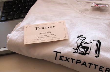 Shirt mit Textpattern-Logo