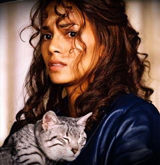 Halle Berry mit Katze im Arm