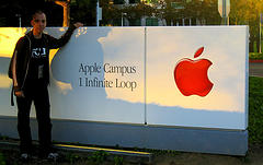 Gernot vor dem Apple-Campus