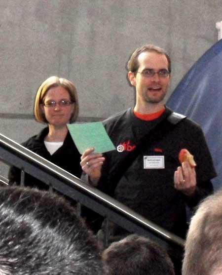 Gerrit van Aaken auf Treppe mit Br�dle in der Hand